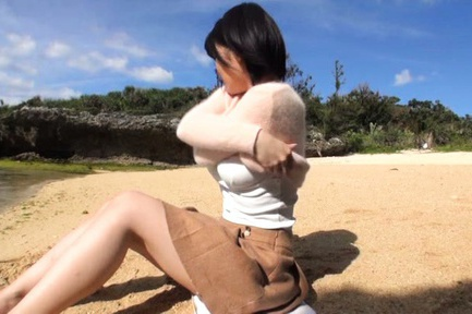 Busty Asian milf Kazari Hanasaki sucks schlong on a beach