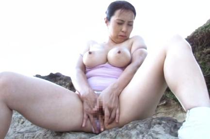 Crazy mature chick Yuuko Kuremachi masturbates on the beach